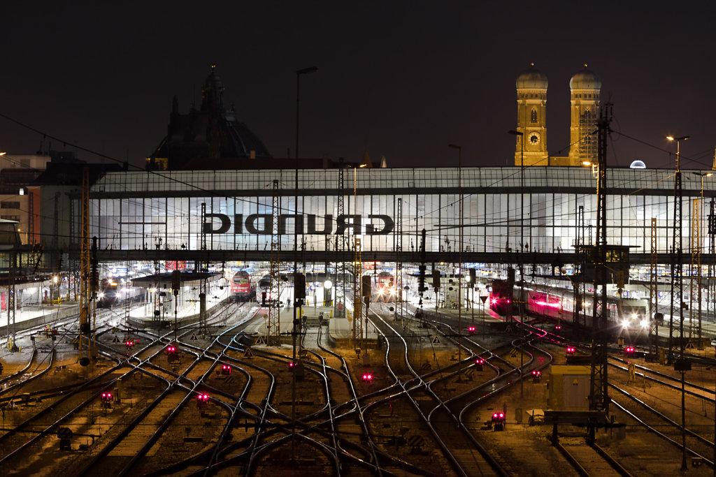 Frauenkirche hinter dem Hauptbahnhof bei Nacht